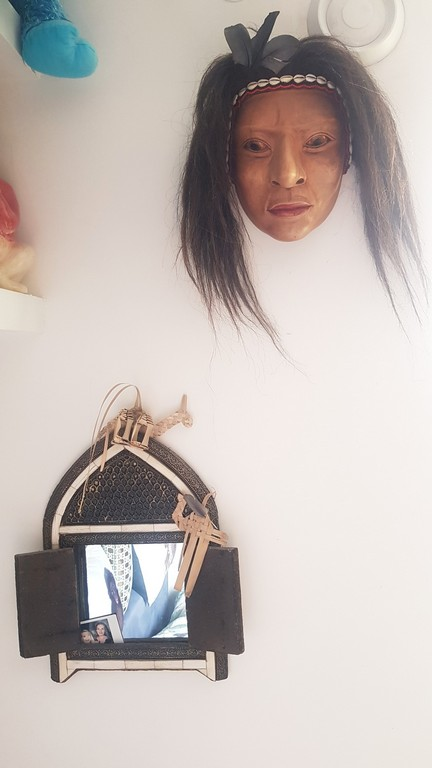 maska wisząca na ścianie