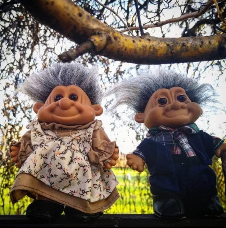dwa trolle na drzewie