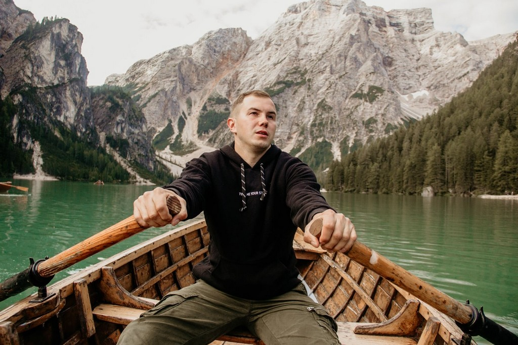 Piotr Kozikowski na łódce.