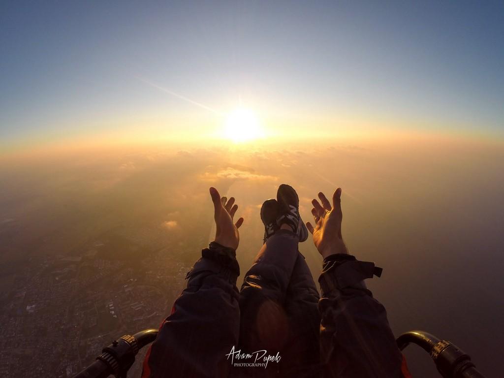 Motoparalotniarstwo. Widok z motoparalotni na niebo.