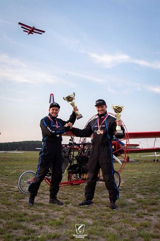 Motoparalotniarstwo - Piotr Kozikowski i Adam Pupek odbierają nagrodę.