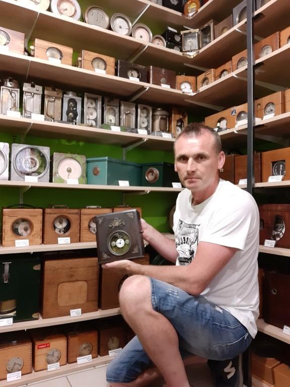 zegary gołębi kolekcja na półkach
