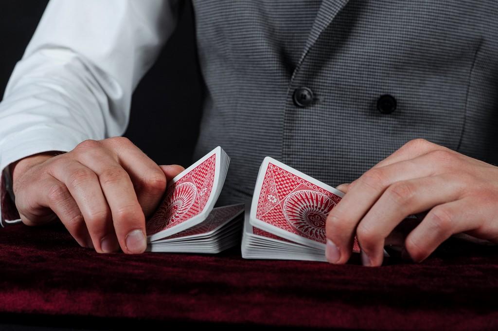 Dłonie tasujące karty.