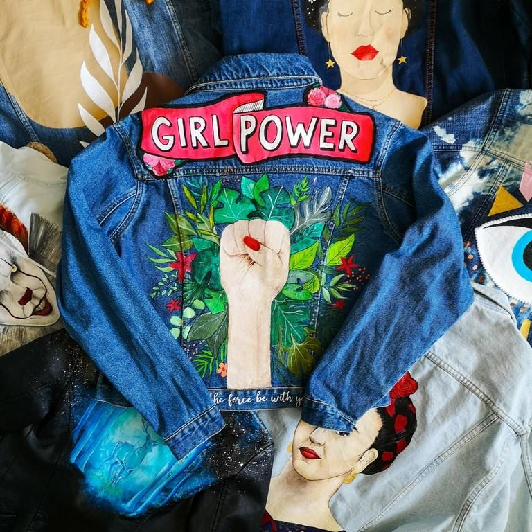 Malowanie na ubraniach - ręcznie malowana jeansowa kurtka z dłonią zaciśniętą w pięść i napis Girl power