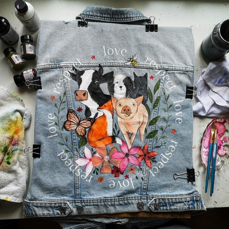 Ręcznie malowana kurtka jeansowa. Namalowane zwierzęta - kot, krowa, świnia, motyl oraz kwiaty - malowanie na ubraniach